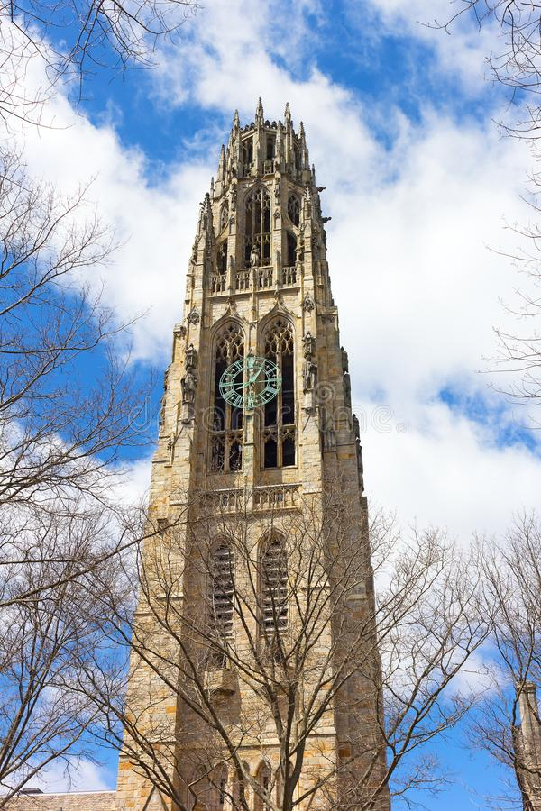 Yale University Tower proeminente com pulsos de disparo foto de stock