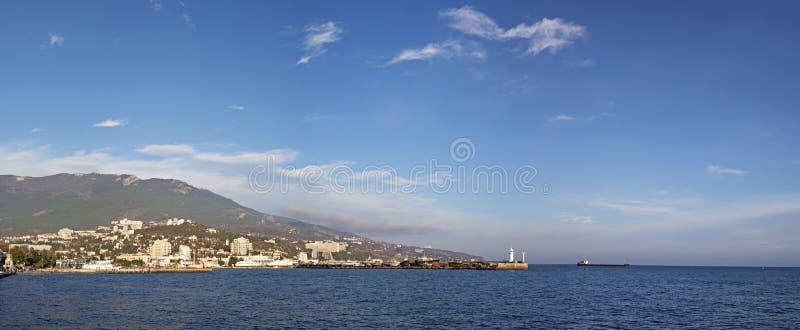 Yalta beskådar från havet arkivbild