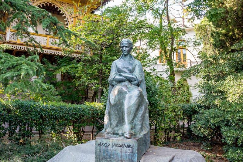 YALTA, CRIMEA - NOV 2014: El monumento a Lesya Ukrainka imagen de archivo