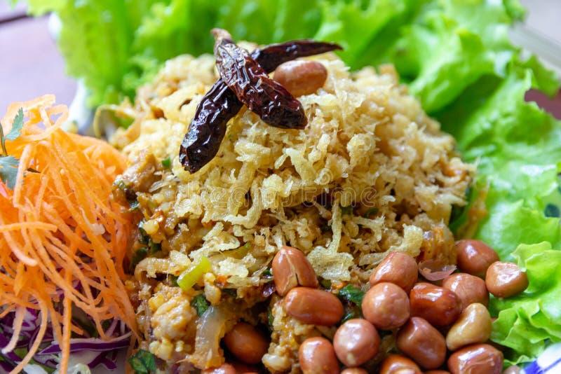 Yam Naem Khao Thot ? insalata piccante delle crocchette del riso al curry, della carne di maiale fermentata, dello zenzero e dell fotografie stock libere da diritti