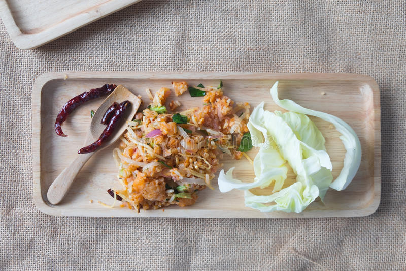 Yam Naem Khao Thot, insalata piccante di ricetta di riso al curry fotografia stock
