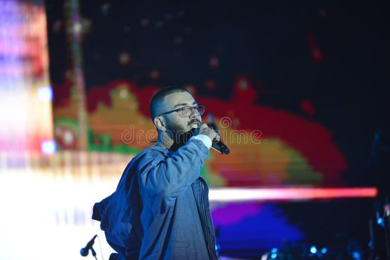 Yam Refaeli est un chanteur israélien preporming au Jour de la Déclaration d'Indépendance de l'Israël 70 chez Karmiel image libre de droits