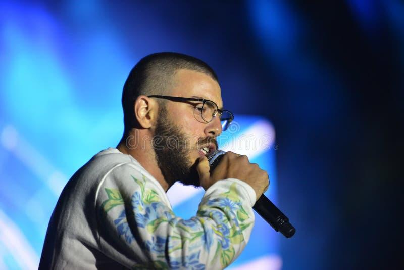 Yam Refaeli est un chanteur israélien preporming au Jour de la Déclaration d'Indépendance de l'Israël 70 chez Karmiel photo libre de droits