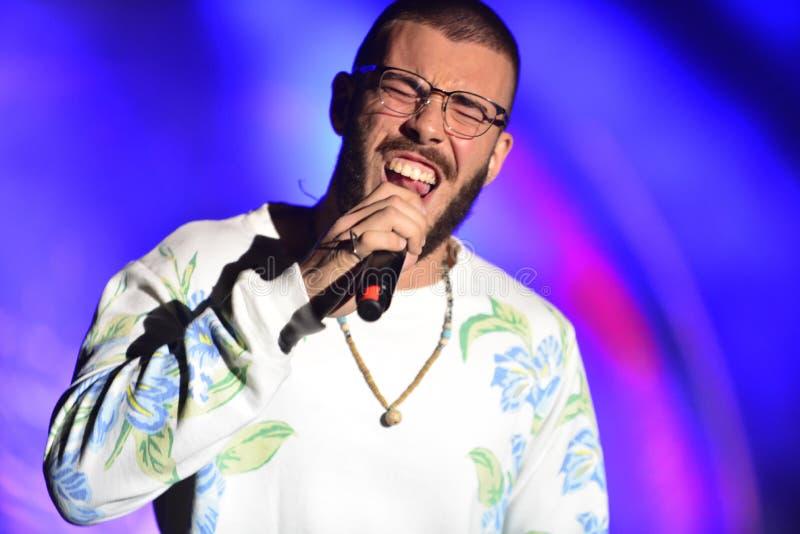 Yam Refaeli est un chanteur israélien preporming au Jour de la Déclaration d'Indépendance de l'Israël 70 chez Karmiel image stock