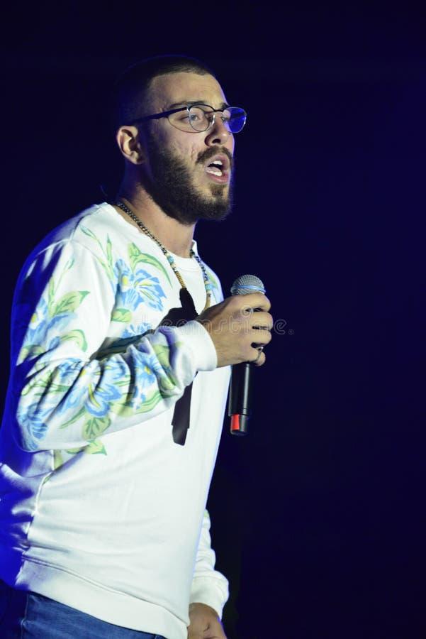 Yam Refaeli est un chanteur israélien preporming au Jour de la Déclaration d'Indépendance de l'Israël 70 chez Karmiel photographie stock
