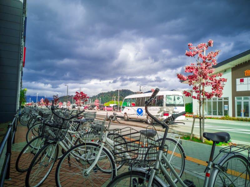 YAMAGATA, GIAPPONE - 30 ottobre 2018: La bicicletta sul bordo della strada su Yamagata City Road nel cielo, là è molte nuvole gri fotografie stock