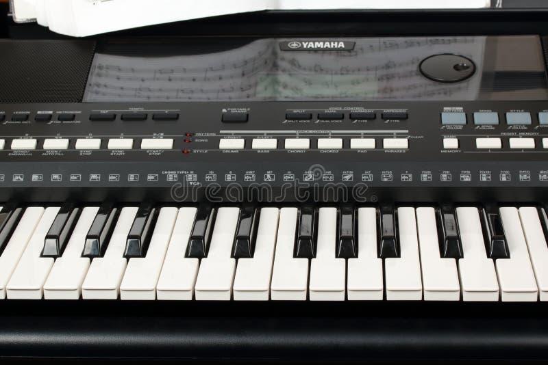 Yamaha-synthesizer met muzieknotenclose-up Muziek het leren concept stock fotografie