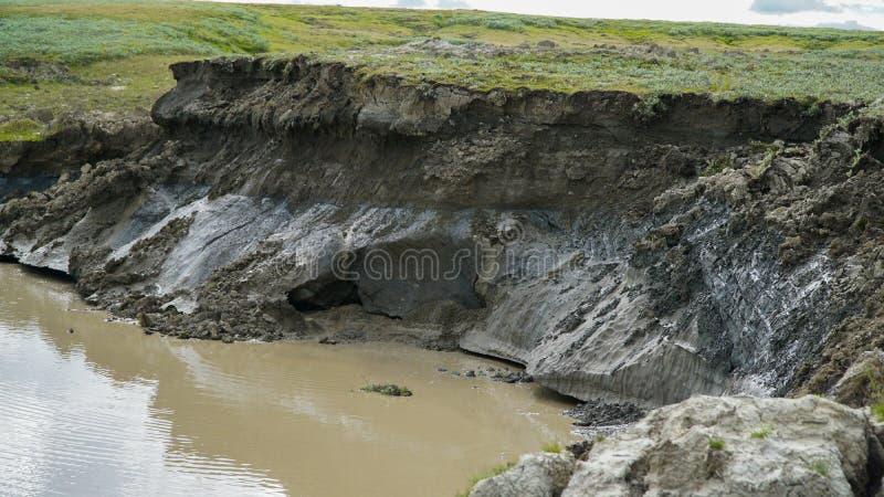 YAMAL-HALBINSEL, RUSSLAND - 18. JUNI 2015: Expedition zum riesigen Trichter des unbekannten Ursprungs Ehemaliger Krater, der a wu lizenzfreie stockfotos