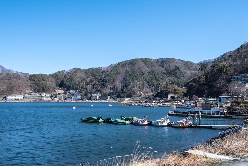 Yamanashi, Япония - 24-ое марта 2019: Вид на озеро Kawaguchi, s второй по величине Фудзи 5 озер по отоношению к поверхностной обл стоковое фото