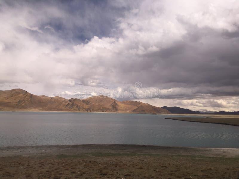 Yamdrok jezioro podczas Chmurnego dnia w Tybet w Chiny fotografia stock