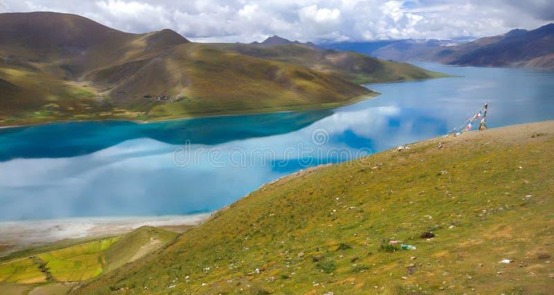 Yamdrok See, alias Yamdrok Yumtso, ist ein Frischwassersee in Tibet umgaben durch viele schneebedeckten Berge stockfotos