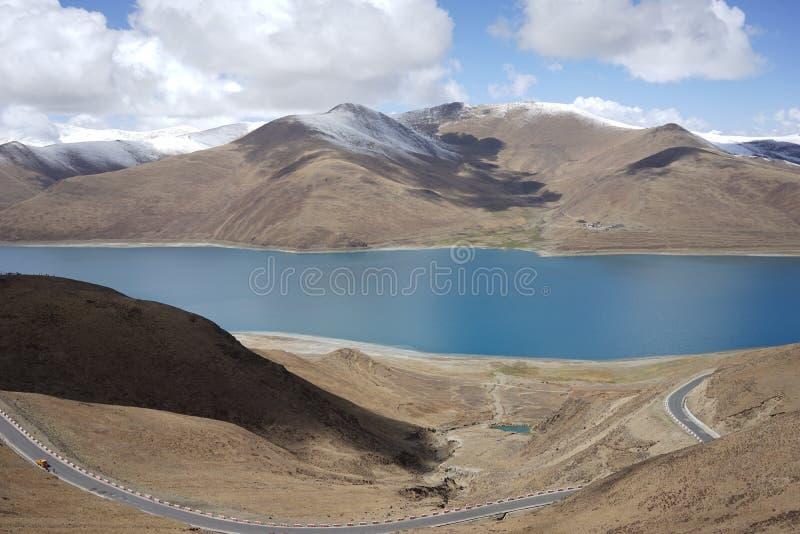 YamdrokTso sjö i Tibet royaltyfria bilder
