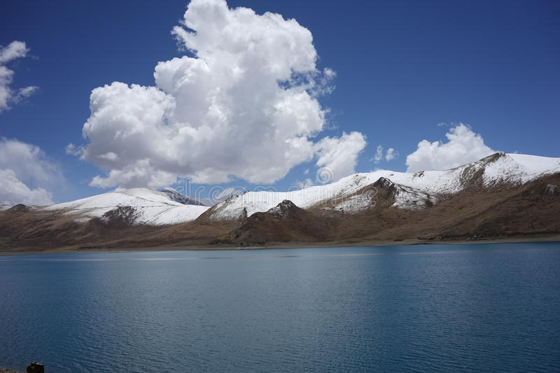YamdrokTso sjö i Tibet royaltyfri fotografi