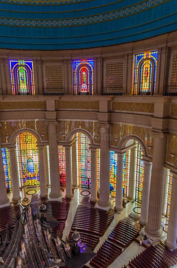 Yamoussoukro, Côte d'Ivoire - 1er février 2014 : Basilique célèbre de point de repère de notre Madame de paix, cathédrale chrétie photo libre de droits
