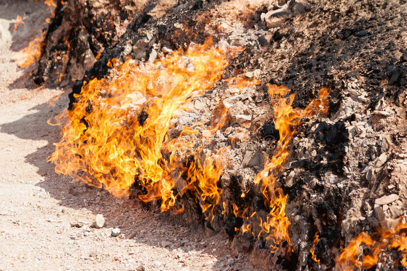 Yanar Dag - καίγοντας βουνό φλυάρων όψη υψηλής διάλυσης eyedroppers κινηματογραφήσεων σε πρώτο πλάνο πολύ στοκ φωτογραφίες