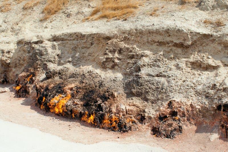 Yanar Dag - горя гора пустословия Вид спереди стоковые фотографии rf