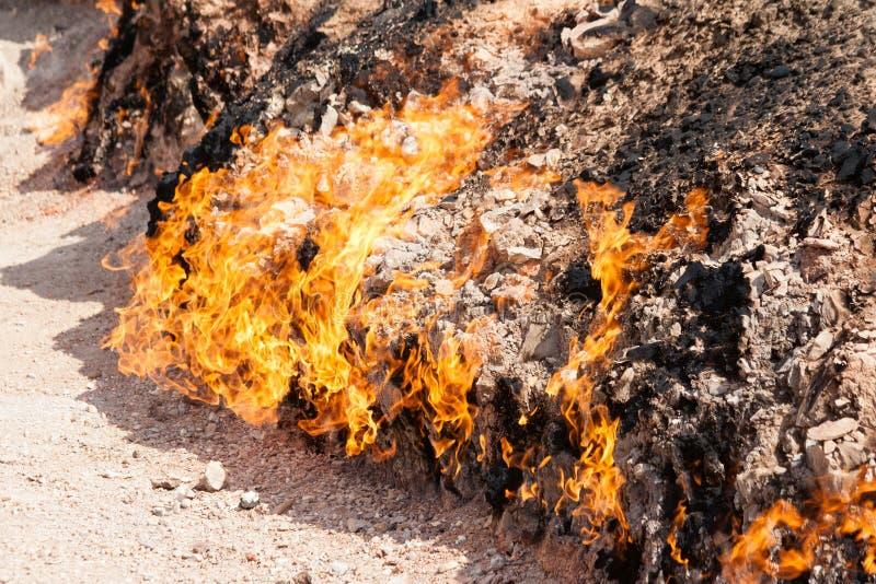 Yanar Dag -燃烧的山 阿塞拜疆 特写镜头非常eyedroppers高分辨率视图 库存照片