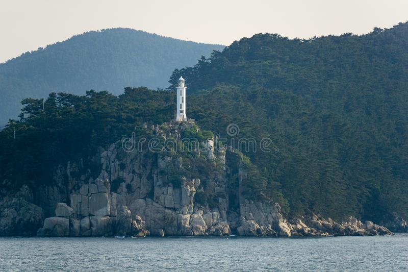 Yangjiam Chwi光,白色八角型圆柱形具体灯塔在韩国 免版税库存照片