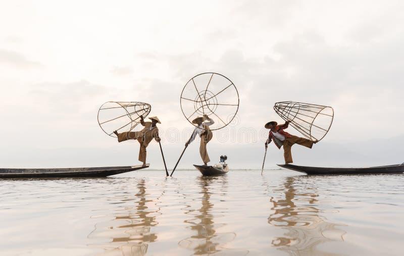 YANGON MYANMAR - APRIL 25: Intha fiskare som paddlar i Inle sjön, Shan State, Myanmar (Burma) royaltyfria foton