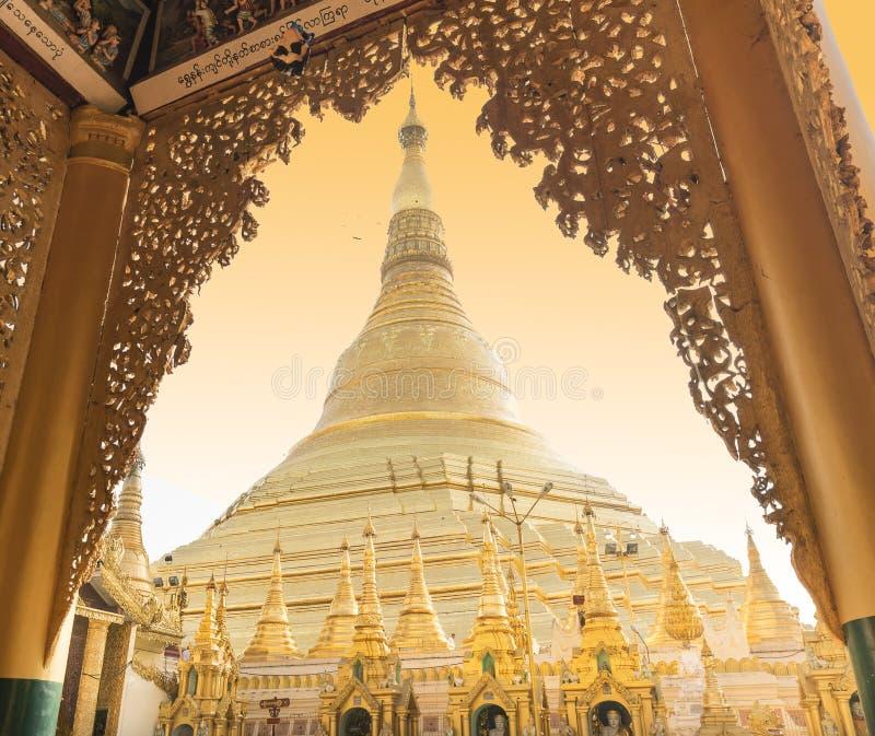 YANGON MYANMAR - APRIL 25: Shwedagon pagod i Yangon royaltyfria bilder