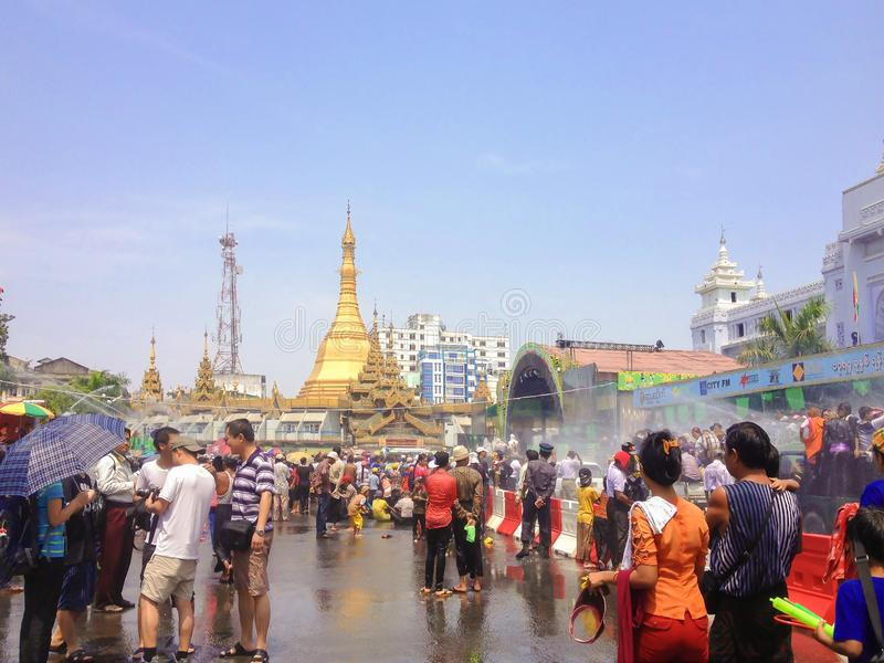 YANGON MYANMAR - APRIL 15, 2013: Thingyan festival på Sule Paya royaltyfria bilder
