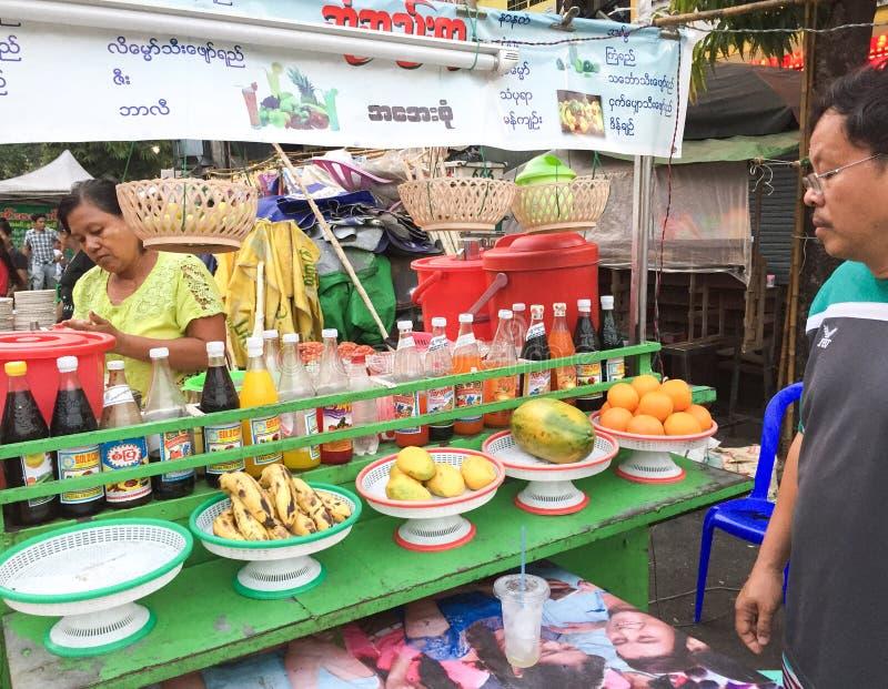 Yangon, Myanmar - 24 de abril de 2016: Rua da cidade de China, Yangon, alimento da rua imagens de stock royalty free