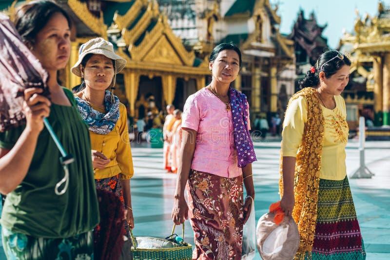 Yangon, Myanmar - 19 de fevereiro de 2014: Caminhada fêmea burmese em Shwedago imagens de stock royalty free
