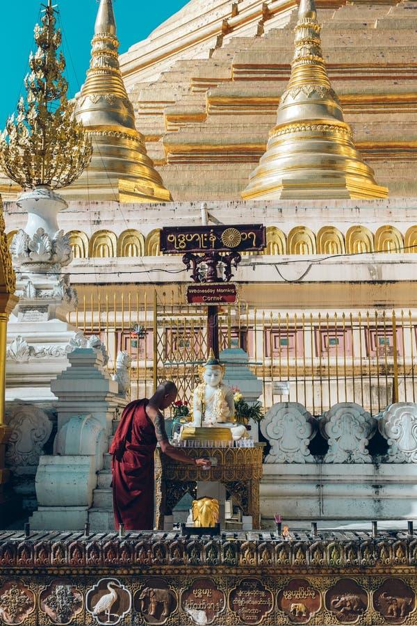 Yangon, Myanmar - 19 de fevereiro de 2014: Cerimônia da classificação em Shwedago fotografia de stock