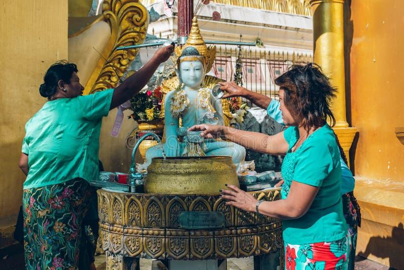 Yangon, Myanmar - 19 de fevereiro de 2014: Cerimônia da classificação em Shwedago foto de stock