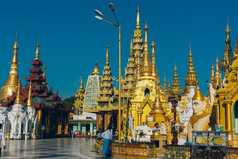 Yangon, Myanmar - 19 de fevereiro de 2014: Cerimônia da classificação em Shwedago imagem de stock royalty free