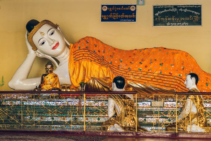 Yangon, Myanmar - 19 de fevereiro de 2014: Feche acima do templ dourado de buddha imagem de stock royalty free