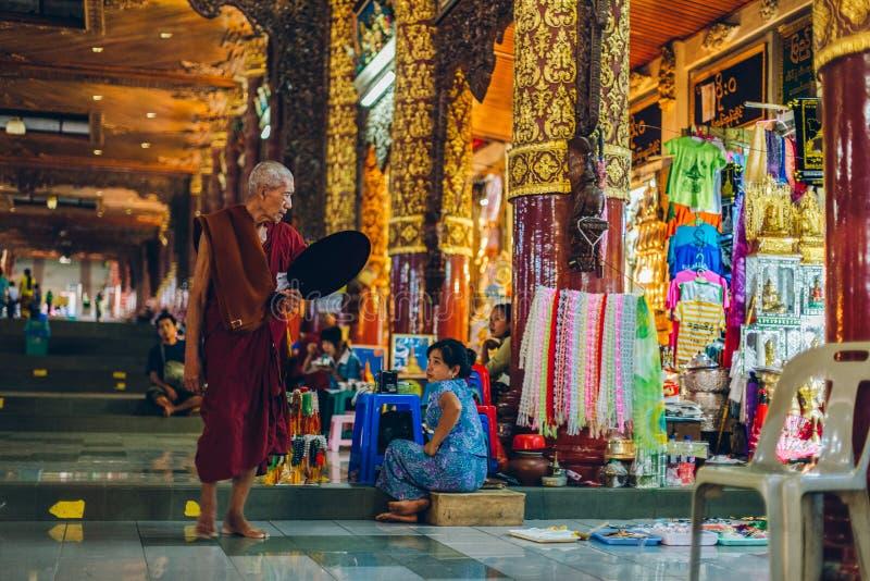 Yangon, Myanmar - 19 de fevereiro de 2014: Monge na entrada de Shwedag imagem de stock