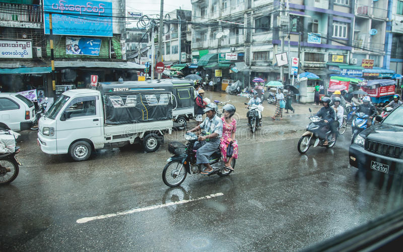 Yangon, Myanmar - 23 de junho 2015: Tráfego em Yangon do centro, Myan foto de stock