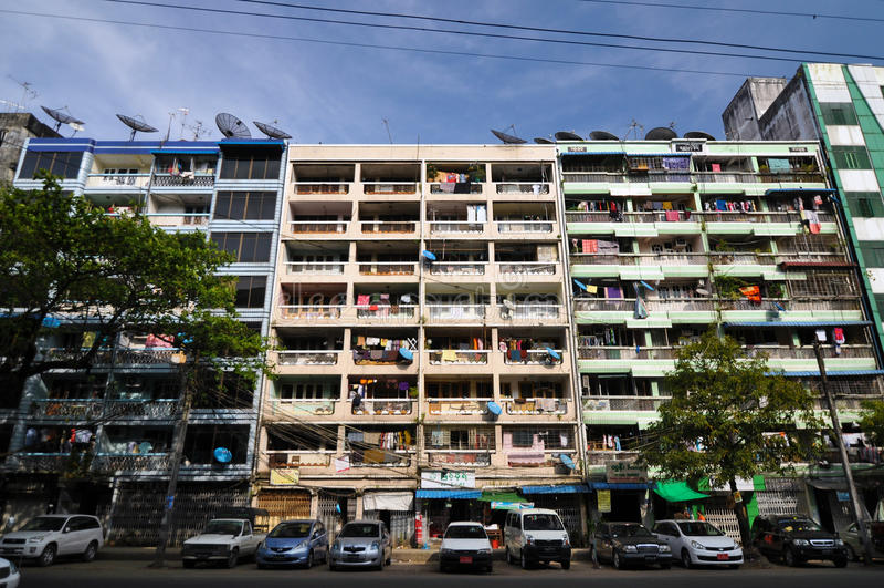 YANGON, MYANMAR - 12 de outubro de 2013 - fachada do alojamento degradado fotografia de stock