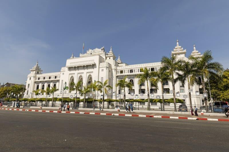 Yangon, Myanmar, dezembro 25,2017: O palácio branco da câmara municipal de Yangon foto de stock