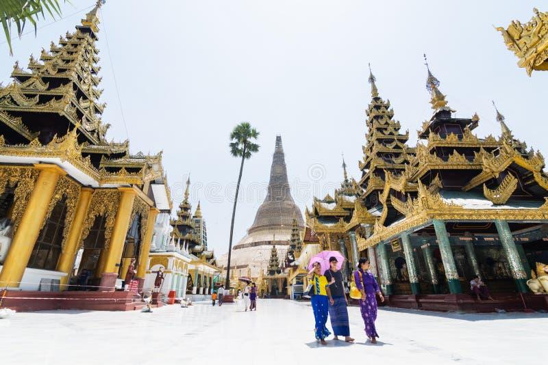 Yangon, Myanmar - em março de 2019: os turistas andam no complexo do templo do pagode de Shwedagon imagens de stock