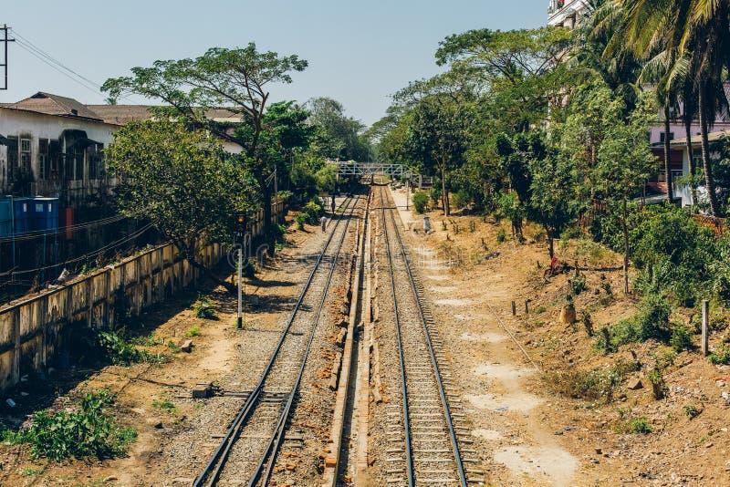 Yangon Myanmar, FEB, - 19th 2014: Linia kolejowa Birmańska kolej zdjęcia stock