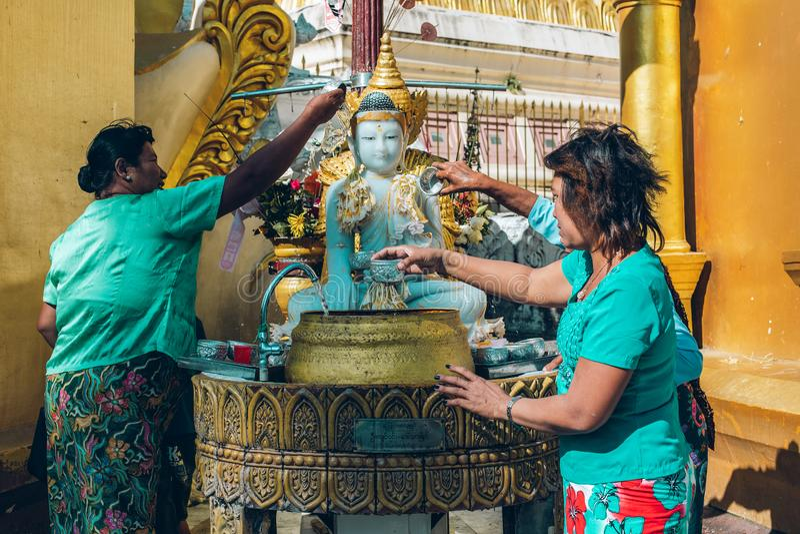 Yangon Myanmar, FEB, - 19th 2014: Wyświęcenie ceremonia przy Shwedago zdjęcie stock