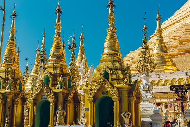 Yangon Myanmar, FEB, - 19th 2014: Złota Buddha świątynia przy Shwedag zdjęcie royalty free