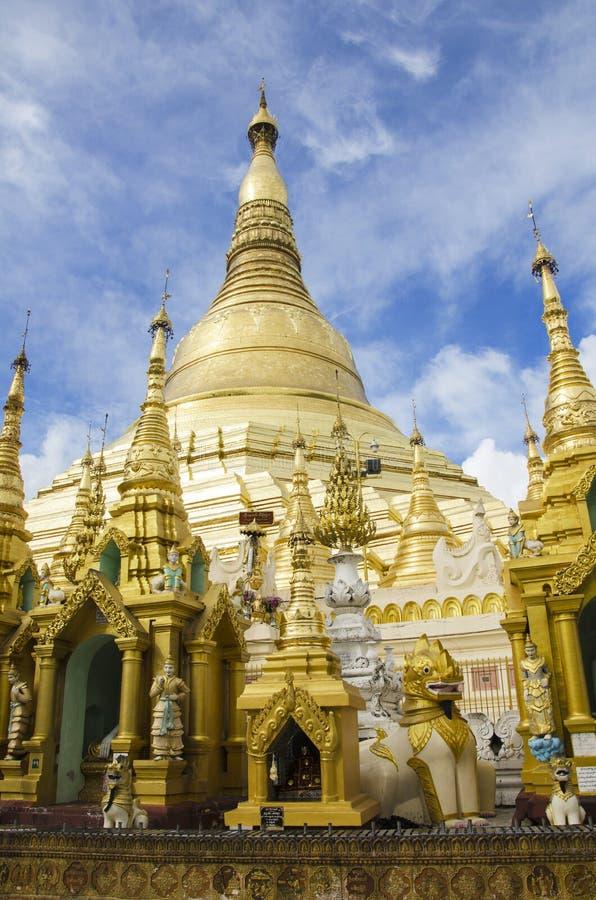 Yangon Myanmar, Juni 18, 2015: Schwedagon pagod fotografering för bildbyråer