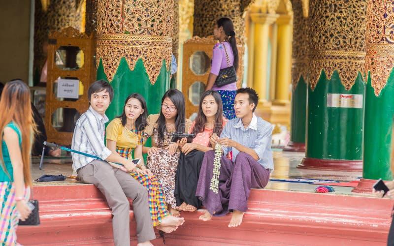 YANGON, MYANMAR - JUNI 22, 2015: Shwedagonpagode, verguld stup royalty-vrije stock afbeeldingen