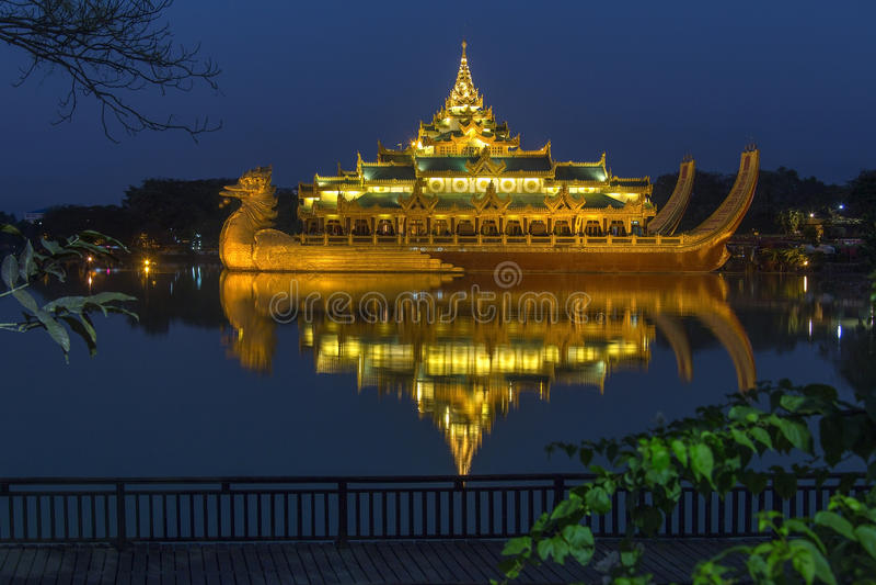 Yangon, Myanmar - Karaweik, Kandawgyi jezioro - obrazy stock