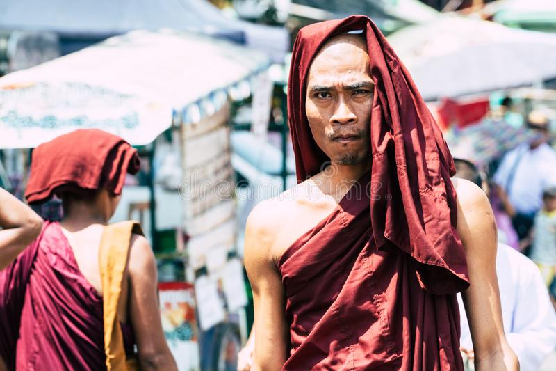 Yangon, Myanmar - Maart 2019: portret van jonge Boeddhistische mannelijke beginnermonnik bij de volle maanceremonie in Shwedagon- stock foto's