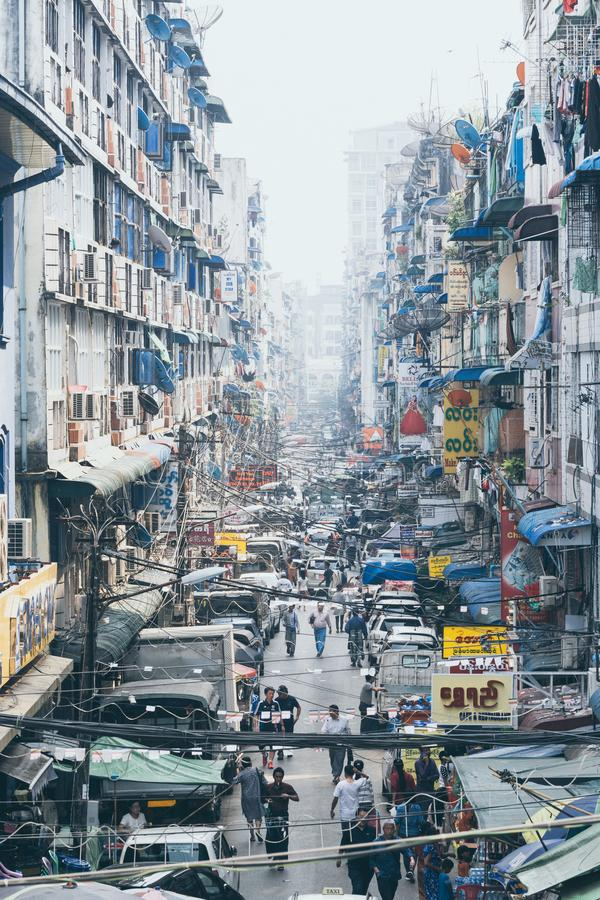 Yangon, Myanmar - Maart 2019: straatmening in het oude stadsdistrict royalty-vrije stock afbeeldingen