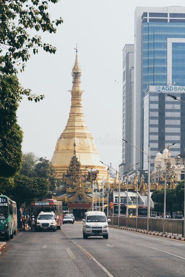 Yangon Myanmar - mars 2019: väg som leder in mot den Sule pagoden med trafik på förgrunden arkivfoton