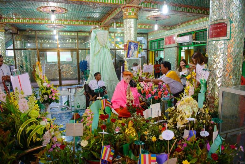 Yangon Myanmar - Oktober 13, 2016: Myanmar folkrespekt för Amadaw Mya Nan Nwe `-ängel av viskning` i den Botahtaung pagoden royaltyfri foto