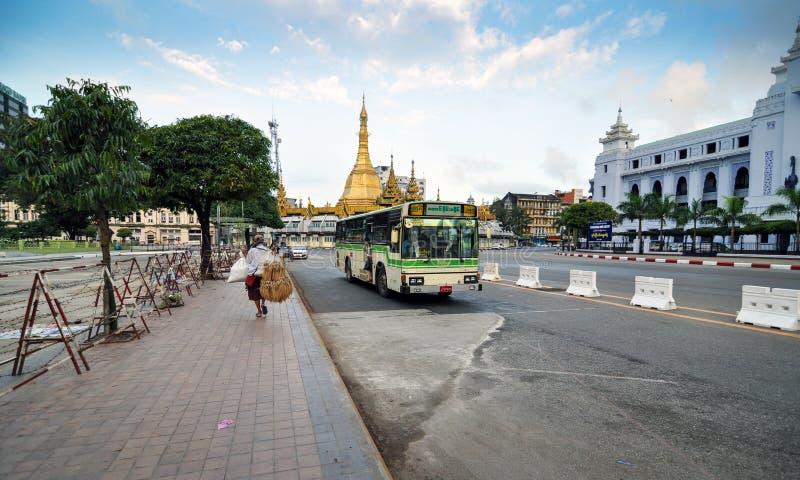 YANGON MYANMAR, Październik, - 12, 2013: Ruch drogowy w w centrum Yangon zdjęcia stock