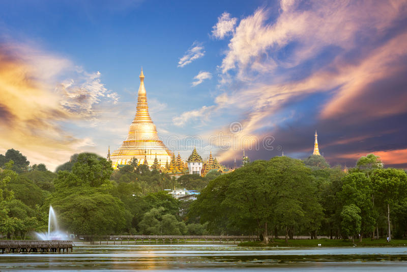 Yangon Myanmar sikt av den Shwedagon pagoden med solnedgångtid royaltyfria bilder