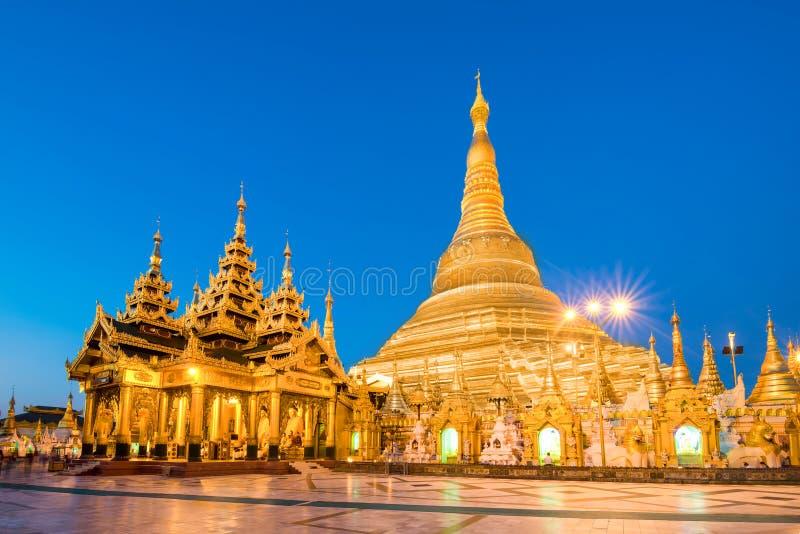 Yangon Myanmar sikt av den Shwedagon pagoden på skymning royaltyfria foton