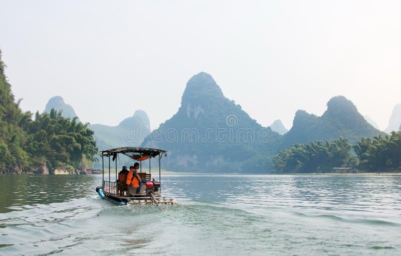 YANGSHOU, КИТАЙ - 23-ЬЕ СЕНТЯБРЯ 2016: Туристы на реке Cru Li стоковые изображения rf